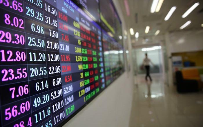 Cổ phiếu ngân hàng, chứng khoán, BĐS còn